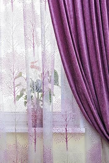 С едва заметным рисунком в цвет штор
