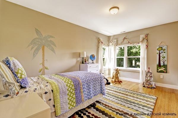 Интерьер с яркими акцентами на кровати и коврике