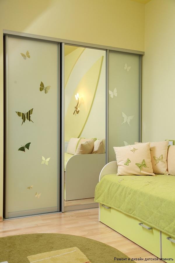декор бабочками шкафа купе с зеркалом