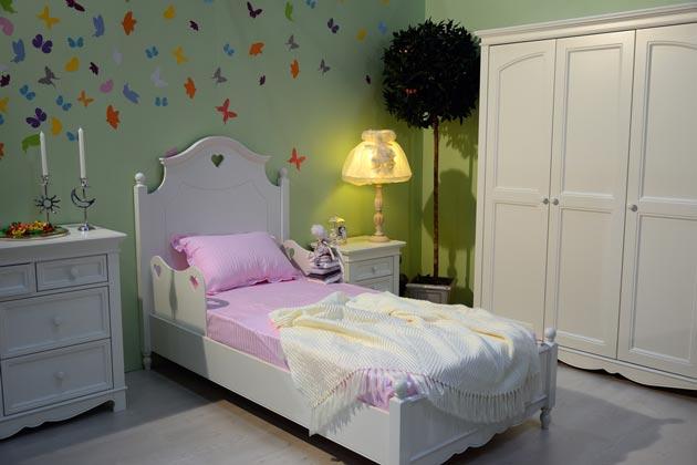 Светильник-торшер у детской кровати