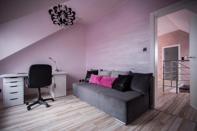 Серый и серо-розовый тона на стенах и мебели, оттеняемые светлым полом