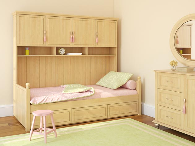 Бежевая мебель и персиковые стены в детской для девочки
