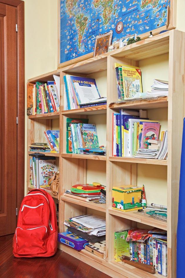 Стеллаж в детской для школьника