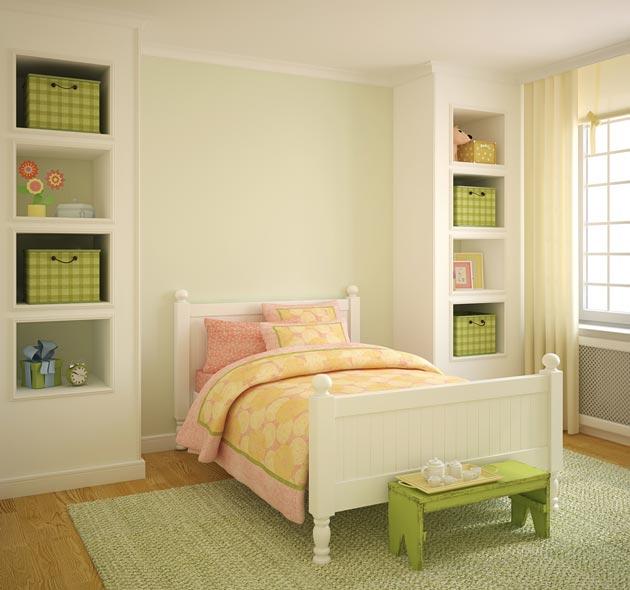 Белая детская комната для девочки с яркими акцентами на аксессуарах