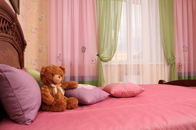 Гармония розового и зеленого оттенков на шторах