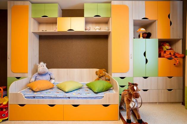 мебельный гарнитур в темно-желтом цвете