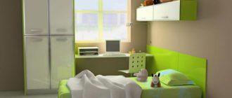 Кровать, шкаф и стол в интерьере маленькой детской