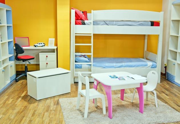 Двухъярусная кровать и столы в детской для сестер разного возраста