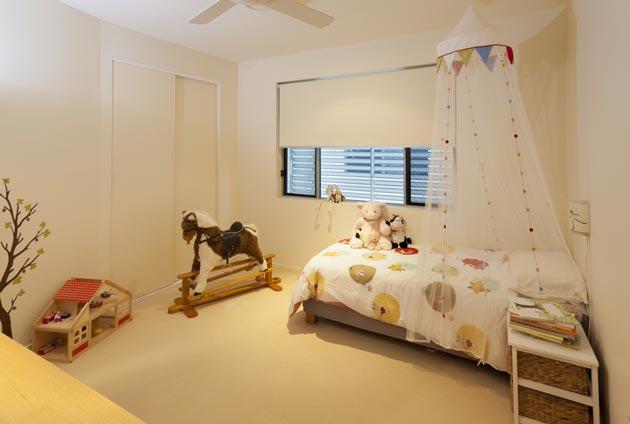 Подвесной балдахин, цветной текстиль и игрушке на фоне светлых стен