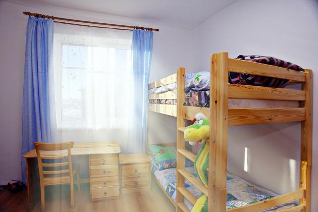 Обустройство спального места в небольшой детской для двоих