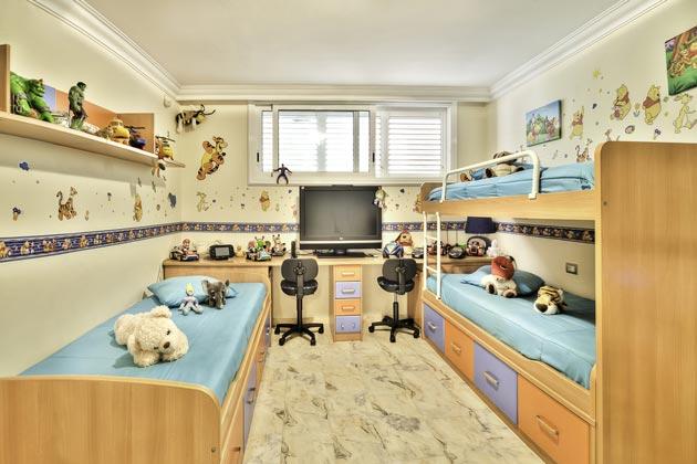 Кровати отдельная и двухъярусная и письменный стол