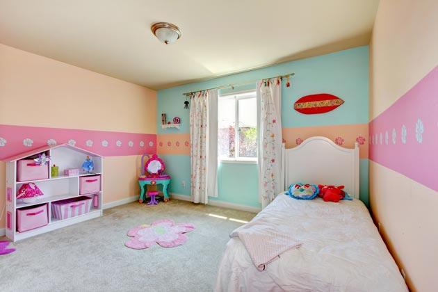 Стеллаж в виде домика в детской для девочки
