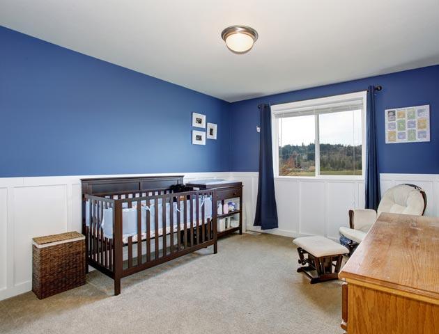 Оформление стен в комнате грудничка в белом и синем цветах