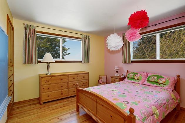 Розовый и бежевый в интерьере с деревянной мебелью