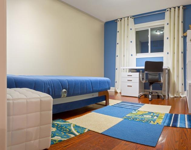 Расположение кровати и рабочего стола в узком помещении