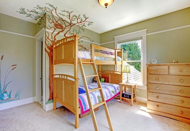 С двухъярусной кроватью и высоким комодом