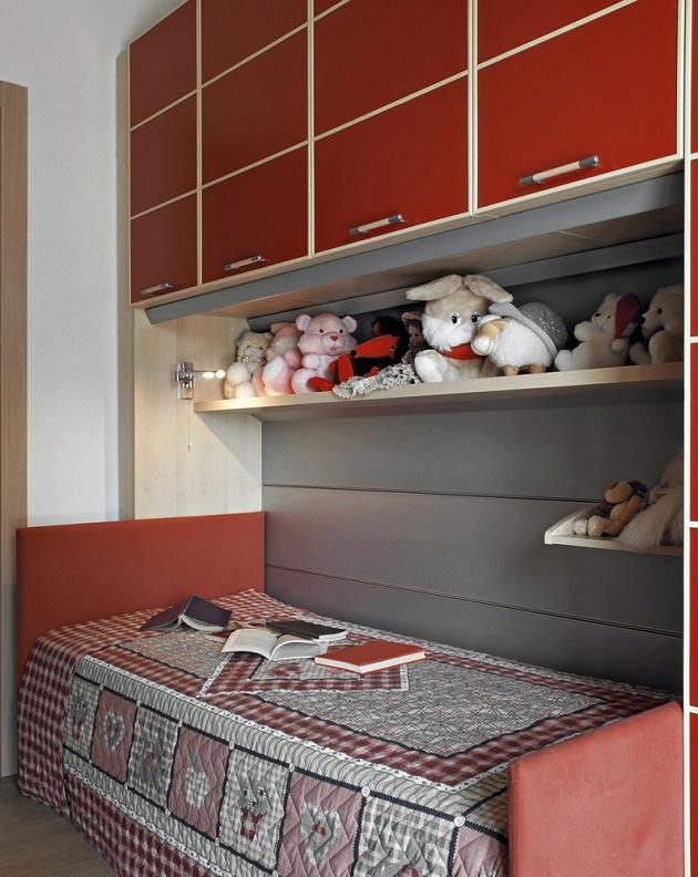 Кровать для одного ребенка со шкафчиками и полками