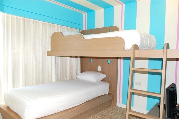 Вариант перпендикулярного расположения двух детских кроватей