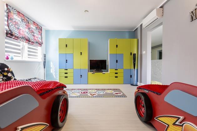 Отдельные шкафы и кровати машинки для двух юных автолюбителей