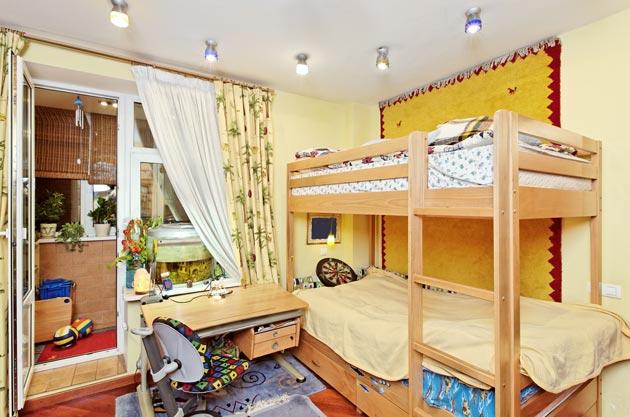 С двухэтажной кроватью
