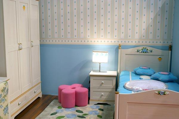 Уютная кроватка, шкаф в интерьере для маленькой девочки