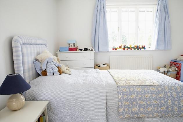 Голубой текстиль на фоне светлых стен