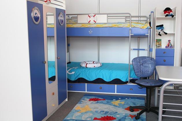 С ковриком с изображением морских обитателей и тематической мебелью