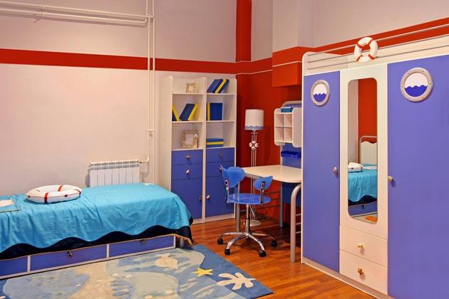 Тематическая мебель для мальчика в комнате в морском стиле