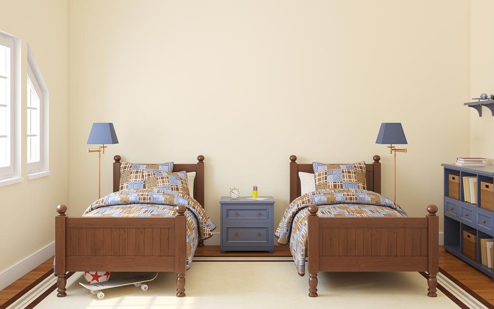 Кровати, разделенные тумбочкой