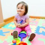 Девочка играет на мягком полу