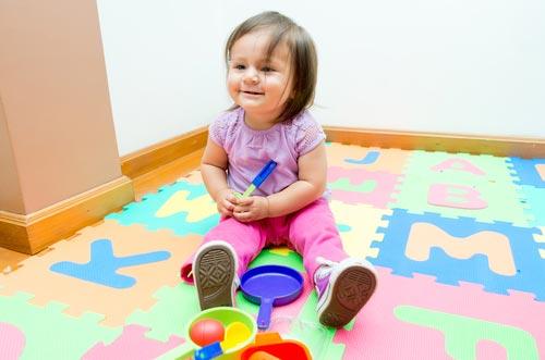 Девочка играет на мягком полу-пазл