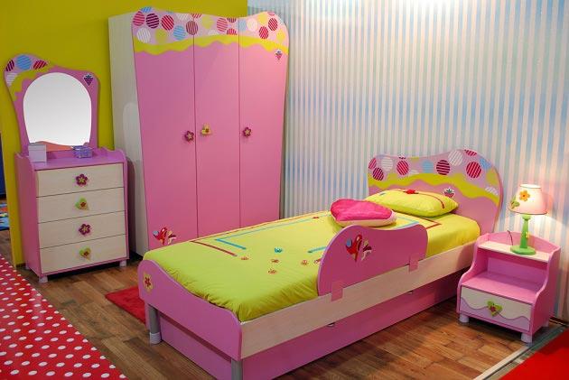 Детский мебельный гарнитур на фоне бело-голубых обоев