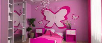 Спальня в розовом цвете с декором из бабочек
