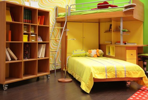 с двухъярусной кроватью и угловым шкафом