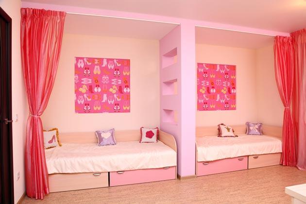 Разделение кроватей для девочек перегородкой из гипсокартона