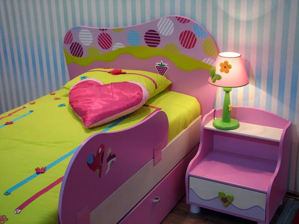 Красивая кровать с тумбочкой для девочки