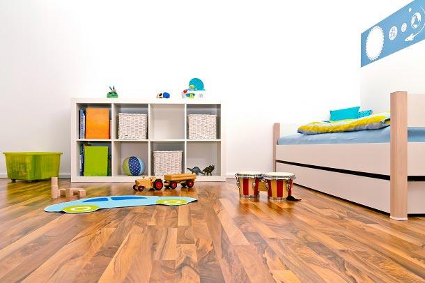 Низкий стеллаж с открытыми секциями для маленького ребенка