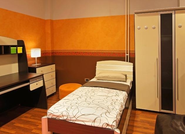 Коричневая мебель на фоне оранжевых стен