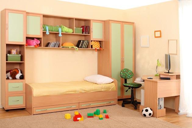 Расстановка мебели для мальчика в небольшой комнате