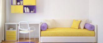 Диван-кровать и стол вдоль стены в маленькой детской