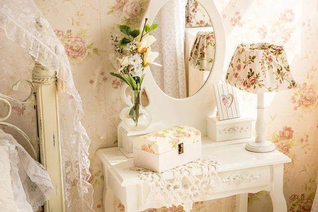 Туалетный столик со шкатулками и текстиль с рюшами и принтом в цветочек