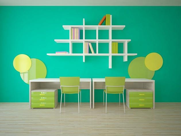 Расположение двух раздельных столов вдоль стены