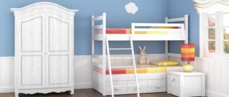 Белая мебель для двоих детей в комнате синего цвета с облаками на стене