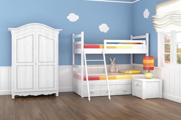Белая мебель для двоих в комнате синего цвета с облаками на стене