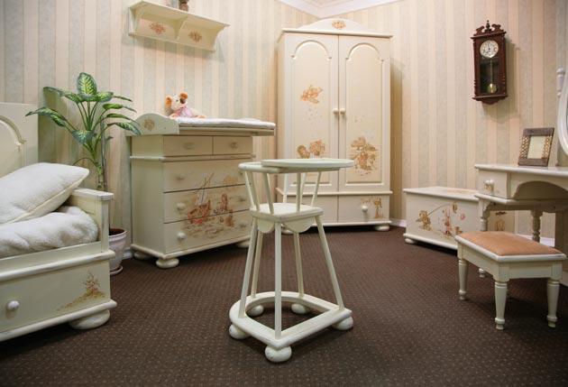 Красивая мебель в маленькой комнате для новорожденной