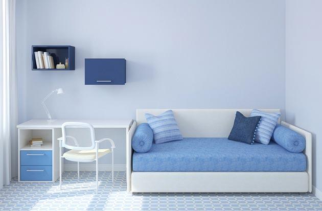 Синие подушки и полки в голубом интерьере с белой мебелью