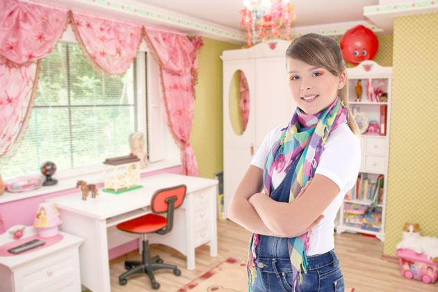 Бежевый интерьер с розовыми вкраплениями и белой мебелью