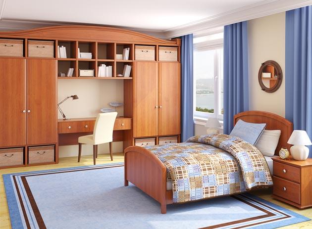 Вместительные шкафы, кровать, стол в одном цветовой гамме в подростковой комнате