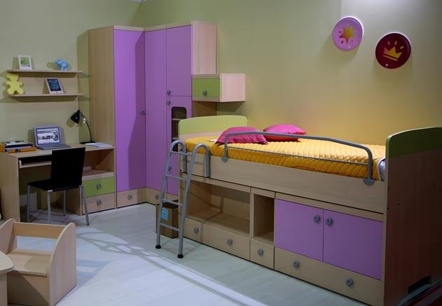 Кровать чердак, шкаф и рабочий стол в детской для девочки