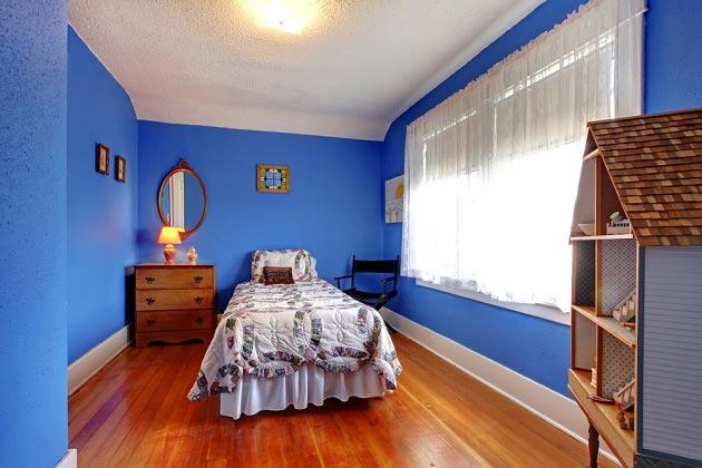 Синий цвет стен в интерьере для девочки